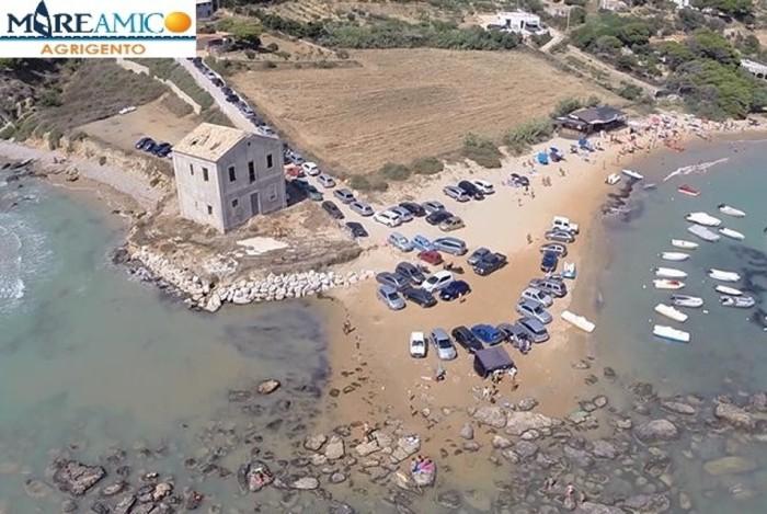 Realmonte, le auto parcheggiate sulla spiaggia delle Pergole