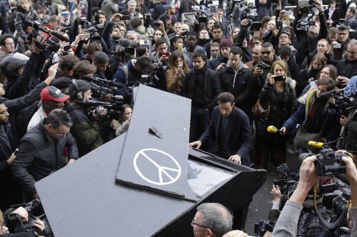 """Un uomo suona """"Imagine"""" di John Lennon al pianoforte vicino al Bataclan di Parigi (KENZO TRIBOUILLARD/AFP/Getty Images)"""