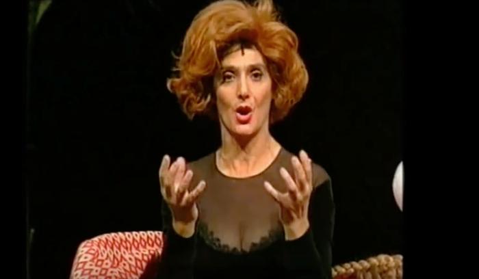 """Anna Marchesini durante lo sketch della sessuologa Merope Generosa nello spettacolo teatrale """"Parlano da sole"""", 1998"""